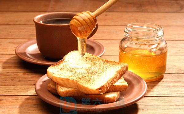 蜂蜜的吃法四是抹着吃 用蜂蜜涂抹面包片或馒头片——第六味道