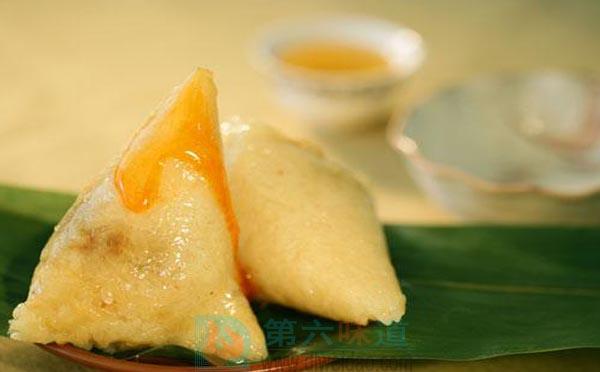 蜂蜜的吃法五是沾着吃 粽子、年糕、油条、油炸小馒头等都可沾着蜂蜜吃——第六味道