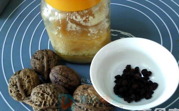 蜂蜜养生保健食谱——核桃五味蜜糊。北五味子5克,核桃肉30克,蜂蜜适量——第六味道
