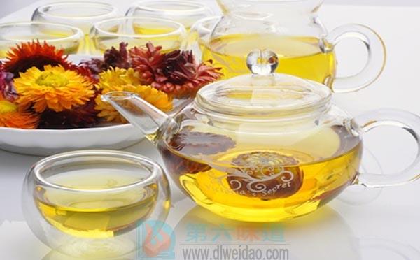 蜂蜜养生保健食谱——双花蜂蜜饮。金银花10克,杭菊花10克,蜂蜜适量——第六味道