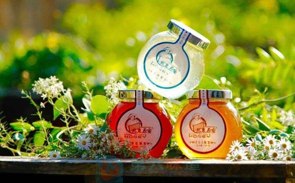纯天然蜂蜜保质期介绍蜂蜜具有很强的抗菌能力,是世界上惟一不会腐败变质的食品——第六味道