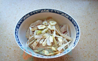 蜂蜜美食——蜂蜜烤翅步骤2 焯过水的鸡翅中放入葱丝、姜丝、蒜片、料酒、生抽,拌均。第六味道