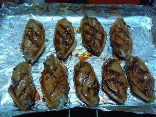 蜂蜜美食——蜂蜜烤翅步骤4 取出将鸡翅翻面,刷一层老抽,再刷一层蜂蜜,第六味道