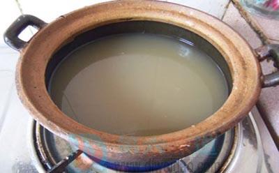 秋梨膏的做法步骤6 将冰糖放入砂锅,大火烧开——第六味道